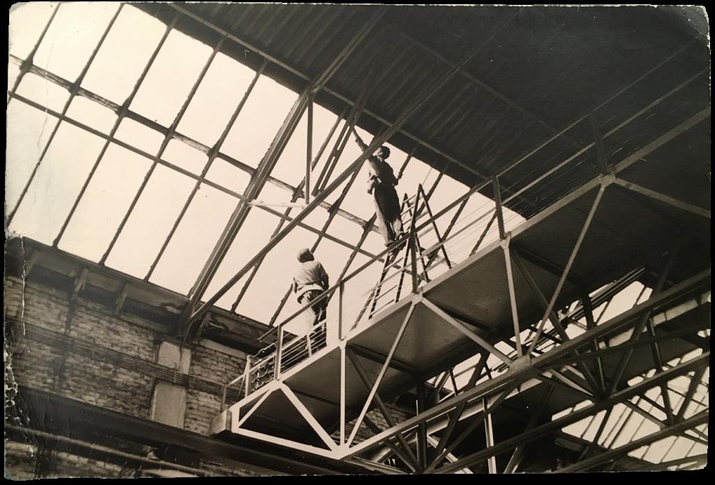 Reinigung des Fabrik-Daches