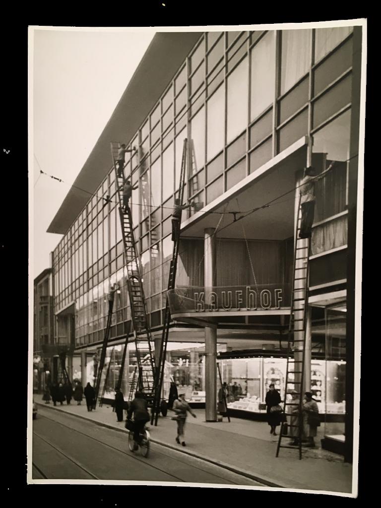 der Kaufhoffiliale in der Adalbertstraße gereinigt. (1956)